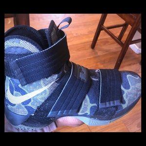 Nike lebron tennis shoes